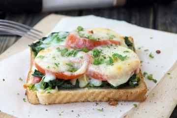Vegetarische, überbackene Toasts