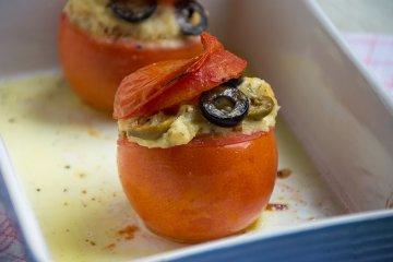 Mit Oliven und Brot gefüllte Tomaten