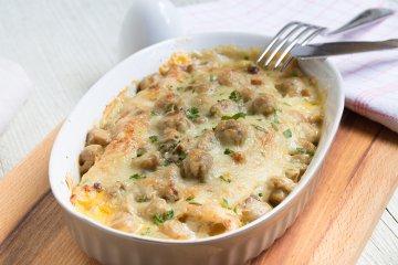 Crêpes mit Pilzsauce und Käse