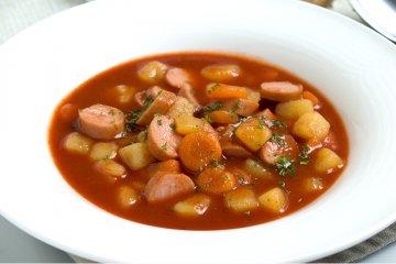 Karottensuppe mit Würstchen