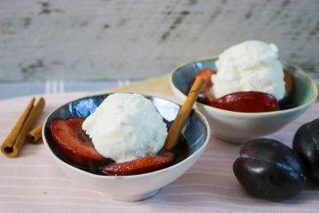 Pflaumenkompott mit Eis