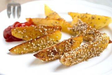 Kartoffel-Wedges mit Sesam