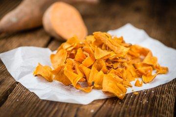 Süßkartoffel-Chips aus der Fritteuse