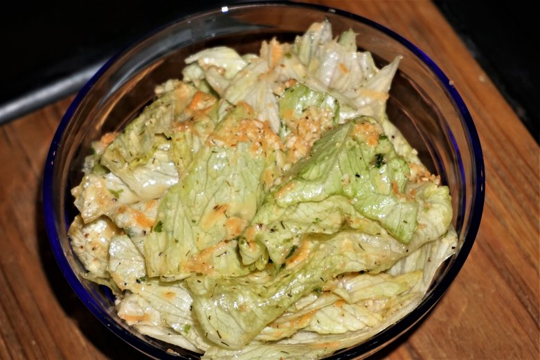 Eissalat mit Karottensauce