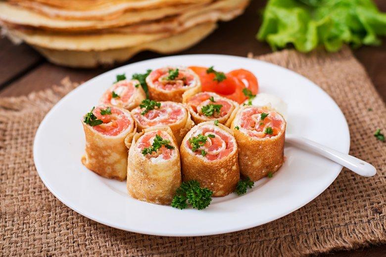 Lachs-Pfannkuchen auf Dillsauce