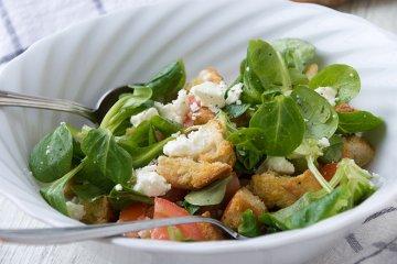Brotsalat mit Feldsalat