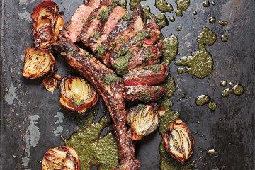 Gegrilltes Tomahawk-Steak mit gerösteten Zwiebeln und Chimichurri