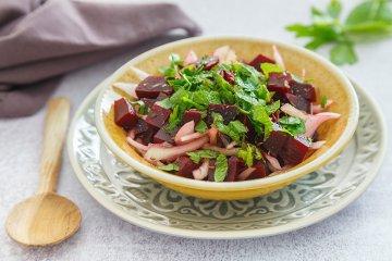Rote Bete-Salat mit Zwiebeln