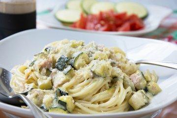 Spaghetti mit Zucchini-Schinken-Sauce
