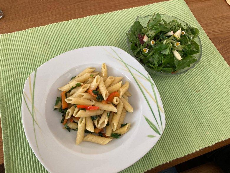 Bärlauchnudeln mit buntem Salat
