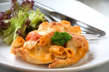 Makkaroni mit Tomaten und Käse überbacken