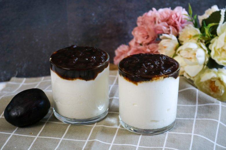 Joghurtmousse mit Pflaumensauce