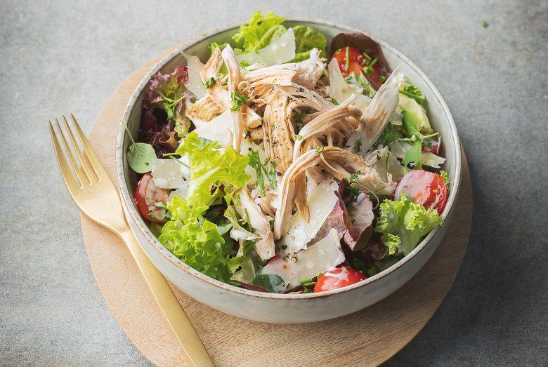 Pulled Chicken auf grünem Salat mit Kräuterdressing und Parmesan