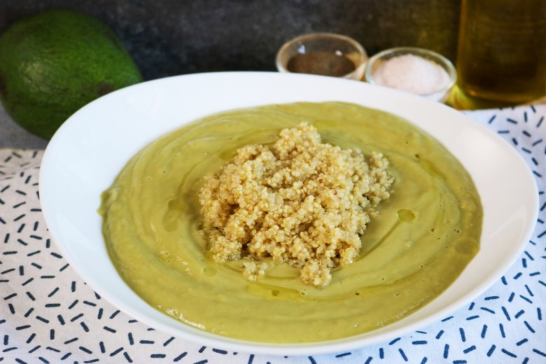 Leichte Erbsensuppe mit Avocado, Minze und Quinoa
