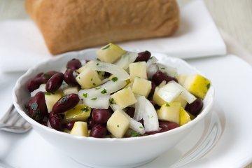Salat mit Kidneybohnen, Zwiebel und Apfel
