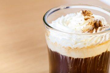 Klassischer Eiskaffee mit Eis und Sahne
