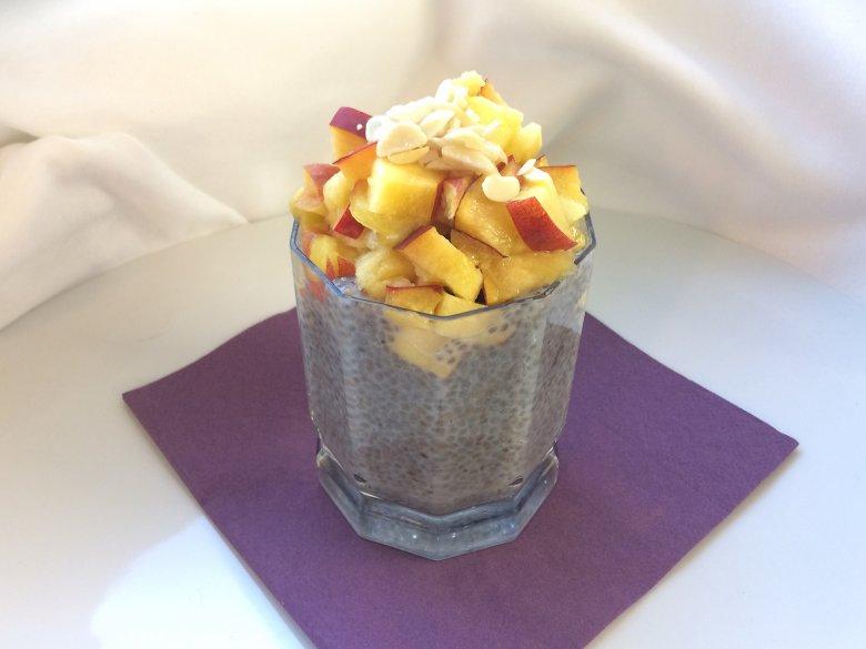 Chiasamen mit Pfirsich-Mandel-Topping