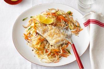 Glasnudelsalat mit Sesamfisch