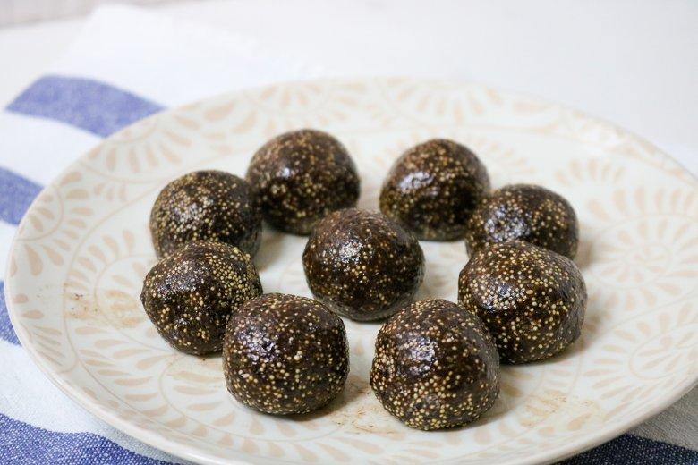 Rohkostkugeln mit Kakao und Amaranth