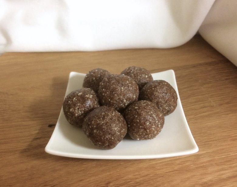 Rohkostkugeln mit Kakao und Datteln
