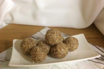 Rohkostkugeln mit Cashews, Datteln und Zimt