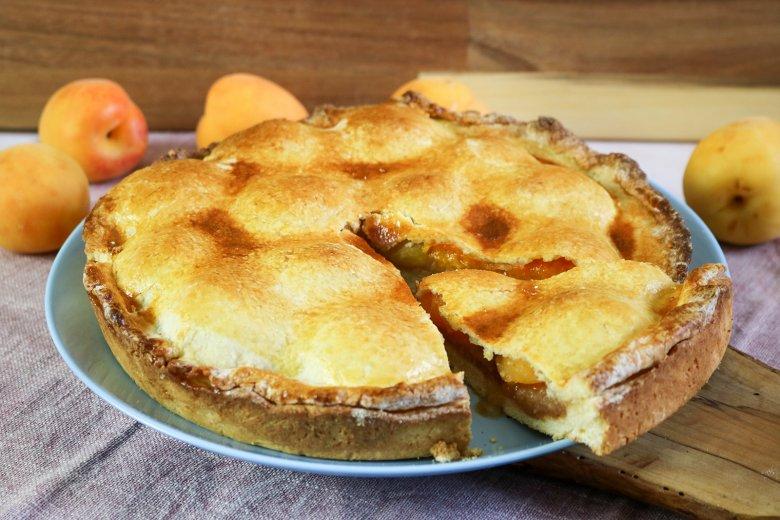 Gedeckter Aprikosenkuchen