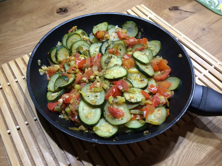 Zucchinipfanne mit Tomaten