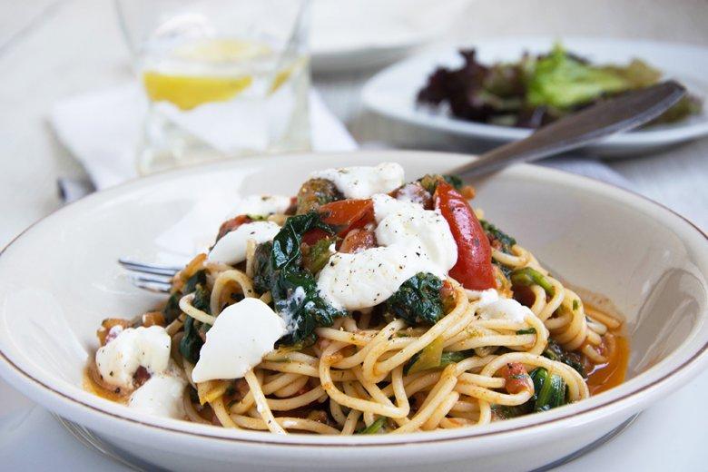 Spaghetti mit Spinat, Schafkäse und Tomaten