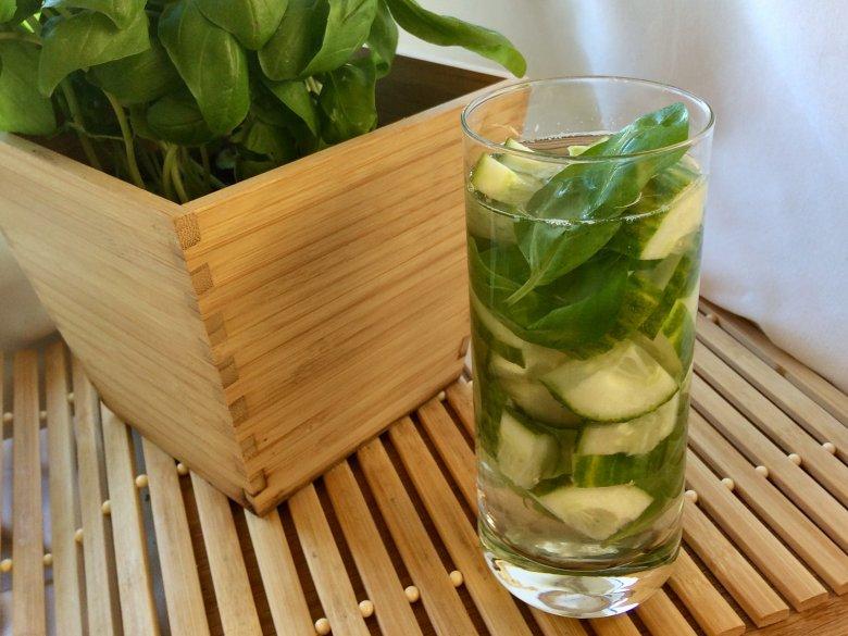 Gurken-Basilikum-Wasser