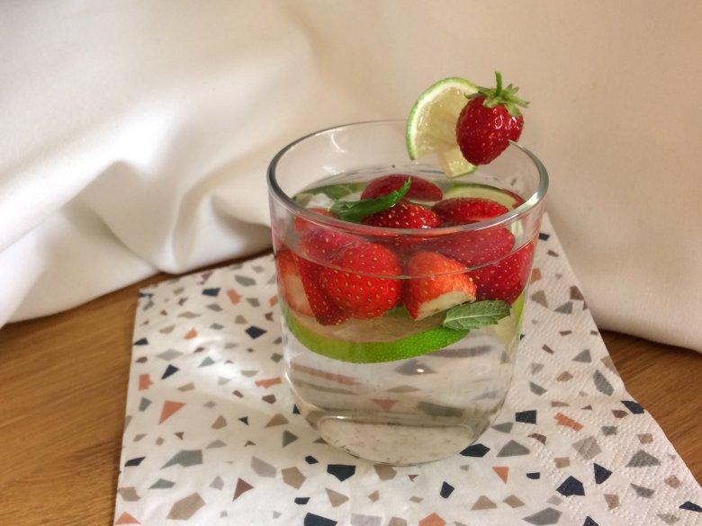 Erdbeer-Wasser mit Minze