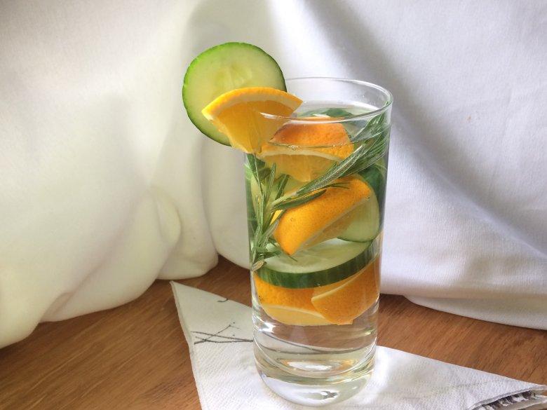 Orangenwasser mit Rosmarin