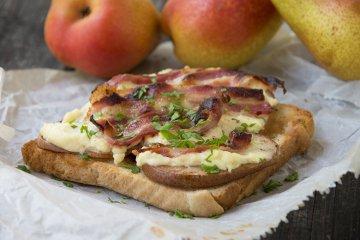 Toast mit Gorgonzola und Bacon