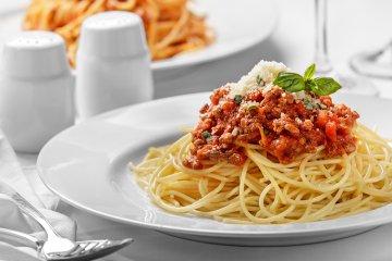 Spaghetti mit Fleischsauce, Parmesan und Basilikum