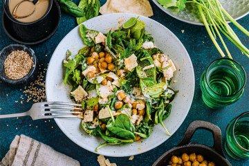 Kichererbsen-Spinat-Salat mit Tahin und Papadams