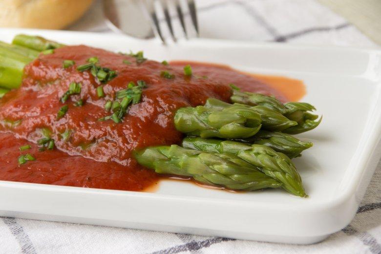 Spargel mit Tomatensauce