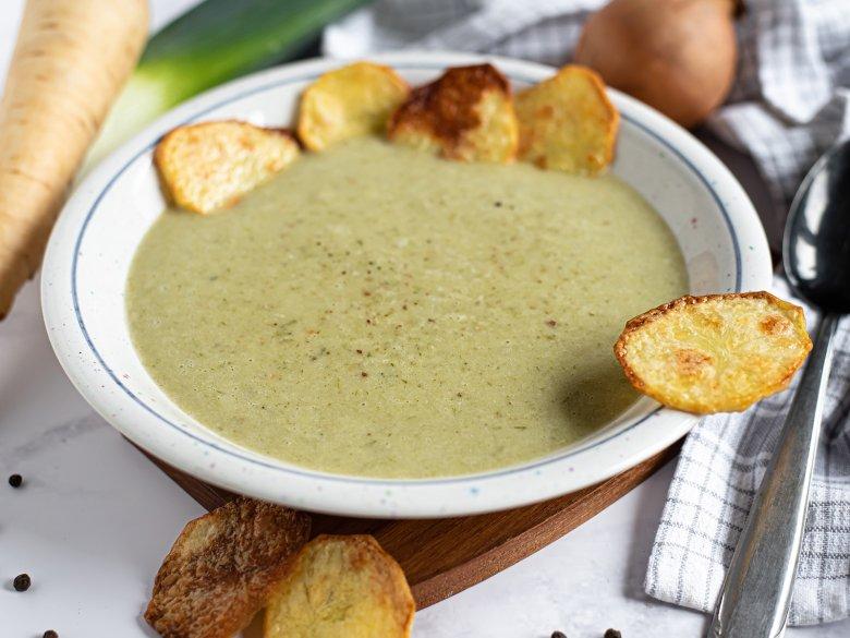 Kerbelsuppe mit Kartoffel Chips