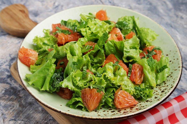 Grüner Salat mit Grapefruit und Minze