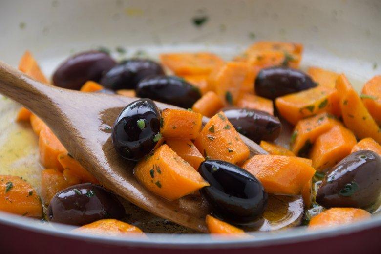 Geschmorte Karotten mit Oliven