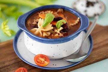 Herzhafte Nudel-Gemüse-Hack-Suppe