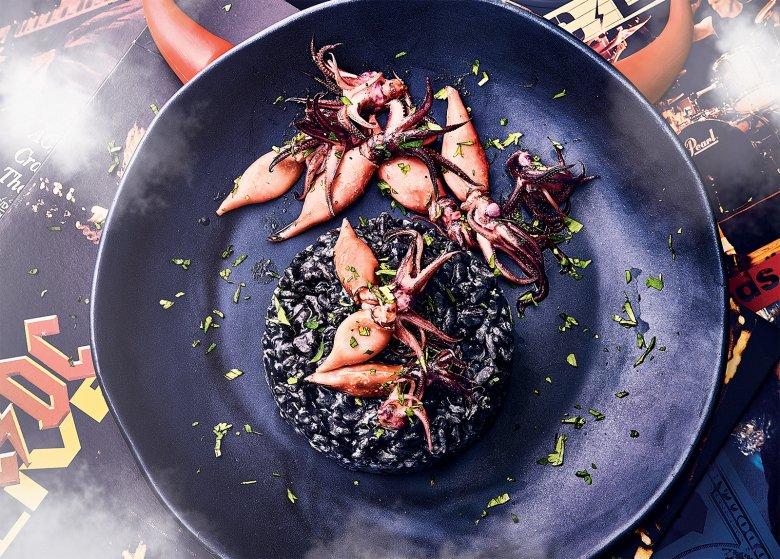 Schwarzes Risotto mit gebratenen Baby-Tintenfischen