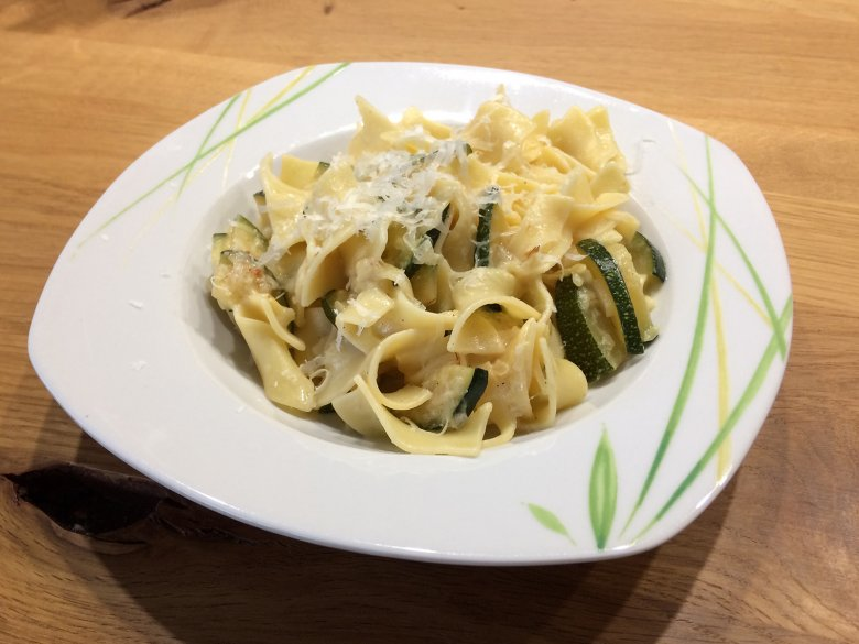 Bandnudeln mit Zucchini-Safransauce