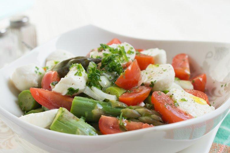 Mozarellasalat mit Spargel und Tomaten