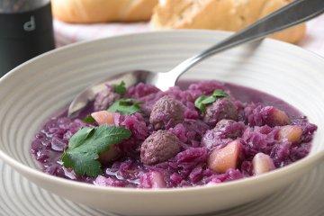 Rotkohlsuppe mit Hackfleisch