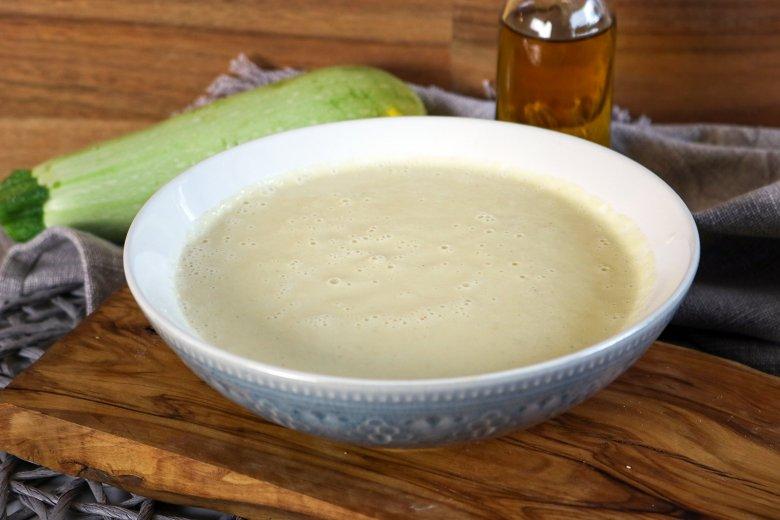 Cremige, rohköstliche Zucchinisuppe