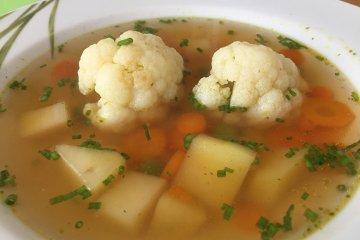 Klare Gemüsesuppe mit Blumenkohl