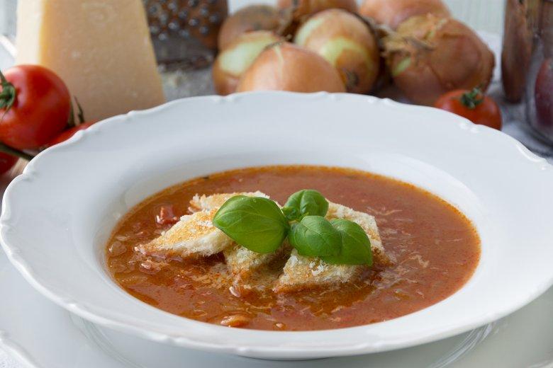 Zwiebelsuppe mit Tomaten