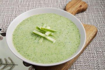 Geeiste Gurkensuppe mit Joghurt