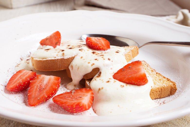 Dickmilch mit überbackenem Zwieback und Erdbeeren
