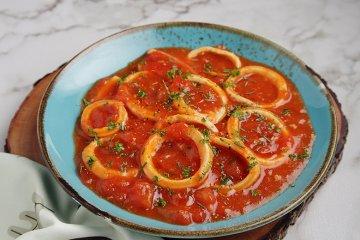 Tintenfisch an Tomatensauce