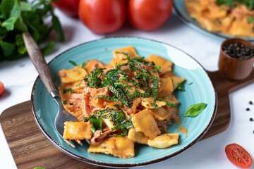Ravioli mit Tomaten und Schinken